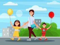 Junge Mutter, die in Park mit ihren Kindern geht Gebäude und Büsche auf Hintergrund Junge und Mädchen, die herein Ballone halten stock abbildung