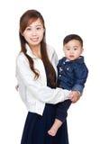 Junge Mutter, die Schätzchen umarmt stockfoto