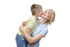 Junge Mutter, die Sohn umarmt Stockfotografie