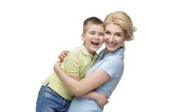 Junge Mutter, die Sohn umarmt Lizenzfreie Stockfotos