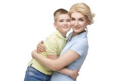 Junge Mutter, die Sohn umarmt Stockbilder