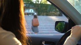 Junge Mutter in einem Auto ihre Tochter zur Schule weg sehend stock video footage