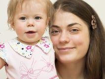 Junge Mutter mit dem Baby. Lizenzfreie Stockfotografie