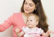Junge Mutter mit dem Baby. Lizenzfreies Stockfoto