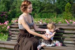 Junge Mutter mit einem Baby in der Natur Stockfoto