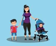 Junge Mutter mit einem Baby in einem Spaziergänger und in einem Sohnschüler Lizenzfreie Stockbilder