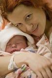 Junge Mutter mit einem Schätzchenkind Lizenzfreie Stockbilder