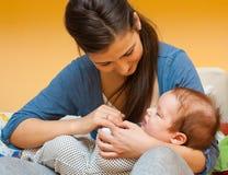 Junge Mutter mit ihrem Baby stockbilder
