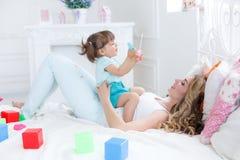 Junge Mutter mit ihrem Kinderspiel zusammen Lizenzfreie Stockfotografie
