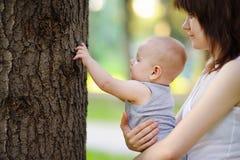 Junge Mutter mit ihrem kleinen Sohn Lizenzfreie Stockfotos