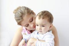 junge Mutter mit ihrem Schätzchen in ihren Armen Stockfoto