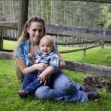 Junge Mutter mit ihrem Sohn Stockfotografie