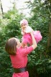 Junge Mutter mit ihrer Tochter Lizenzfreie Stockfotos