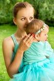 Junge Mutter mit ihrer Tochter auf Natur Stockbilder