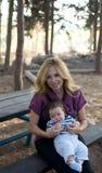 Junge Mutter mit Kind draußen an einem Sommertag. Stockfoto