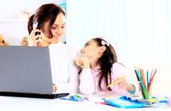 Junge Mutter mit kleiner Tochter Stockbilder