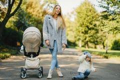 Junge Mutter mit Kleinkind Lizenzfreies Stockfoto