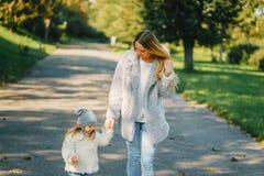 Junge Mutter mit Kleinkind Stockbild