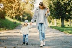 Junge Mutter mit Kleinkind Lizenzfreies Stockbild