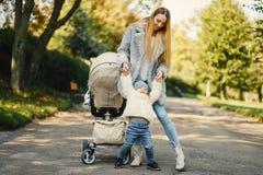Junge Mutter mit Kleinkind Stockfoto