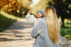 Junge Mutter mit Kleinkind Lizenzfreie Stockbilder