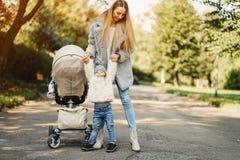 Junge Mutter mit Kleinkind Stockbilder