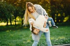 Junge Mutter mit Kleinkind Stockfotos