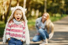 Junge Mutter mit Kleinkind Stockfotografie