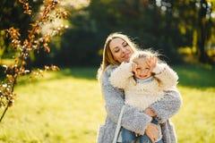 Junge Mutter mit Kleinkind lizenzfreie stockfotografie