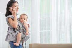 Junge Mutter mit Schätzchen lizenzfreie stockfotografie