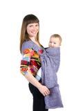 Junge Mutter mit Schätzchen im Riemen stockfoto