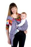 Junge Mutter mit Schätzchen im Riemen stockbild