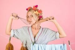 Junge Mutter mit Schätzchen Mädchen- oder Hausfrausorgfalt über Haus Mehrprozeßmutter Ausführung von verschiedenen Haushalts-Aufg stockbilder