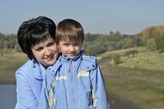 Junge Mutter mit Sohn Stockfoto
