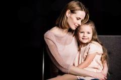 Junge Mutter mit Tochter Lizenzfreie Stockfotografie