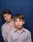 Junge Mutter stellt gegenüber. Stockfotos