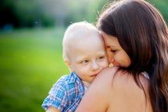 Junge Mutter und ihr kleiner Sohn Stockbild