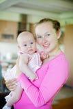 Junge Mutter und ihr Schätzchen Lizenzfreies Stockfoto
