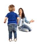 Junge Mutter und ihr Sohn, die Spaß toge hat stockbilder