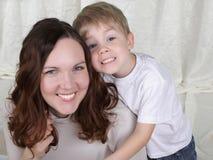 Junge Mutter und ihr Sohn verbringen Zeit zusammen Lizenzfreie Stockbilder