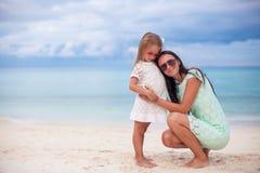 Junge Mutter und ihre kleine Tochter in den Hüten haben Lizenzfreie Stockfotos