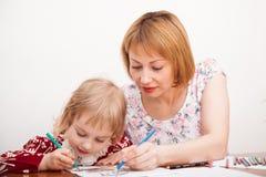 Junge Mutter und ihre kleine Tochterzeichnung Lizenzfreie Stockbilder