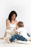 Junge Mutter und ihre Sohnausgabe setzen zusammen Zeit fest lizenzfreie stockfotos