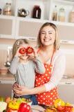 Junge Mutter und ihre Tochter, die Spaß während hat Lizenzfreies Stockfoto