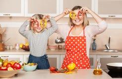 Junge Mutter und ihre Tochter, die Spaß während hat Lizenzfreie Stockbilder