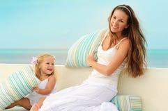Junge Mutter und ihre Tochter haben einen im Freienspaß Stockfoto