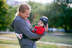 Junge Mutter und an ihrem Schätzchensohn im Park Stockfotos