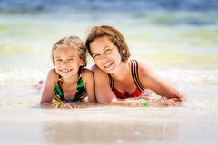 Junge Mutter und kleine Tochter, die den Strand in der Dominikanischen Republik genie?t lizenzfreie stockbilder