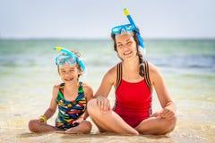Junge Mutter und kleine Tochter, die den Strand in der Dominikanischen Republik genie?t stockfotos