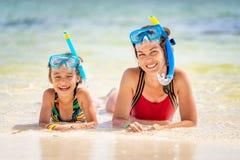 Junge Mutter und kleine Tochter, die den Strand in der Dominikanischen Republik genie?t lizenzfreie stockfotografie